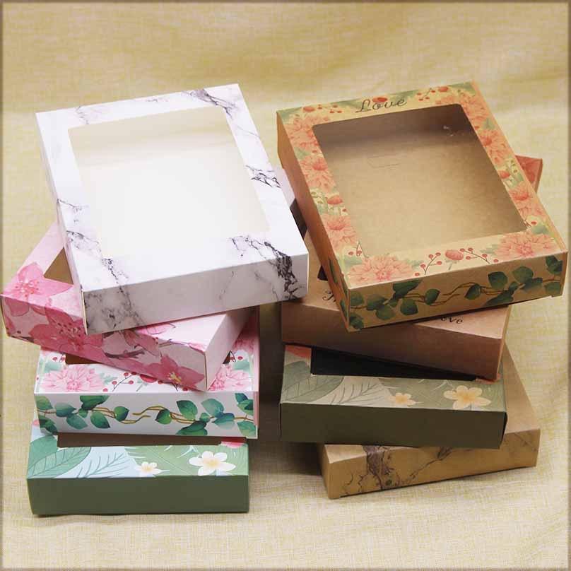Boîtes d'emballage Packages cadeaux Boîte à papier Papiers Kraft Modèles exquis Fenêtre PVC Fenêtre Différents couleurs Contenants imprimés pour l'emballage des produits ou des cadeaux Univeral