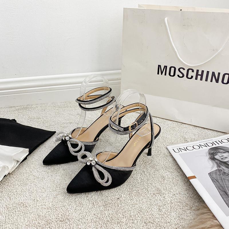 Сандалии 2021 S Женщины заостренный носок элегантный для женщины черный / розовый / белый атлас тонкие высокие каблуки платье обувь горный хрусталь