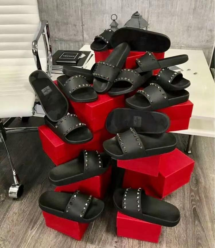 Scarpe da designer di alta qualità! Fashion Gladiator Slide PVC Pantofole in pelle spessa PVC Bagno di lusso Beach Rivet Scarpe da donna Stivaletti Sandalo 35-42