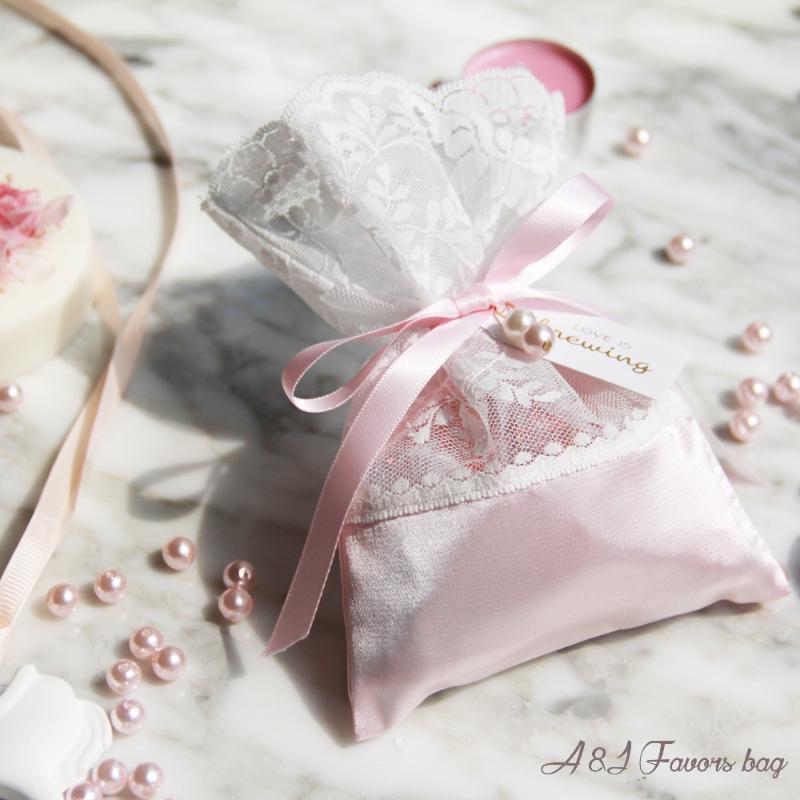 50 adet çok Kişiselleştirilmiş etiket Şık Pembe Saten Dantel Çikolata paketi Gelin Kız Bebek duş parti düğün lehine hediye çanta