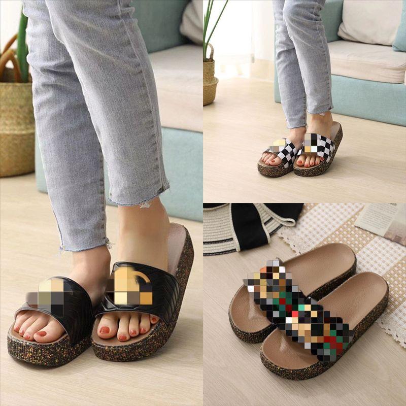 SPOF8 Kadın Tasarımcı Sandalet Ayakkabı Düz Flip Perçin Terlik Bayanlar Plaj Flop Saplama Terlik Kaymaz Yüksek Kalite Spike Rahat Tasarımcı