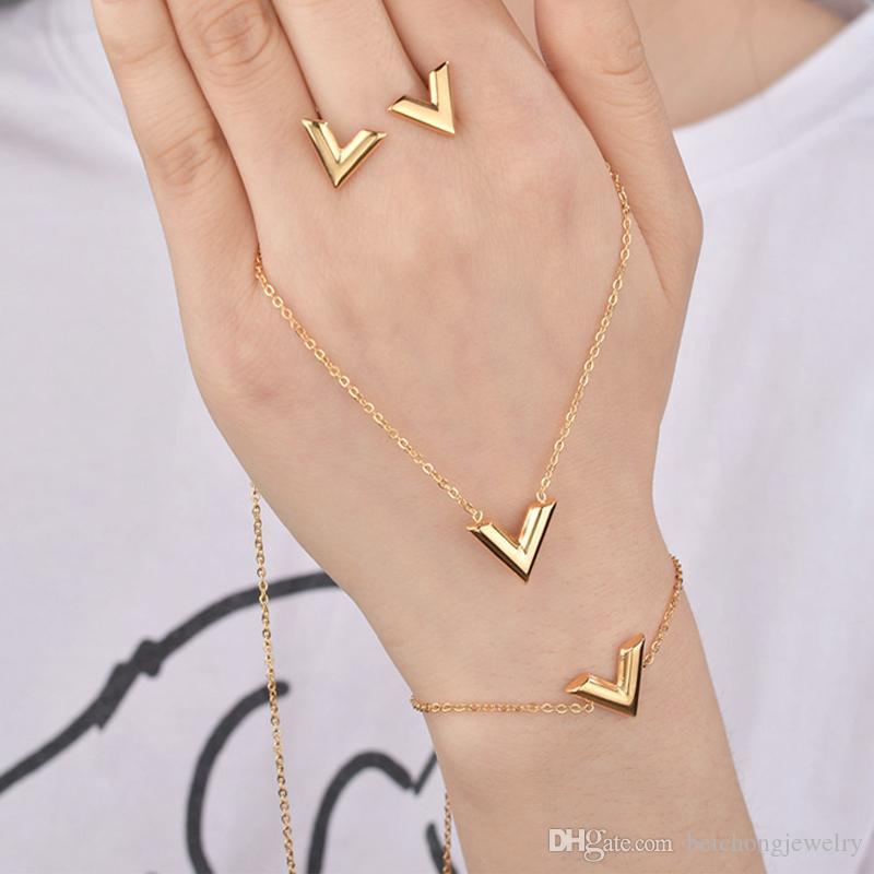 Beichong letra V encanto pulsera pendientes conjuntos de pendientes para mujeres de acero inoxidable plata de oro pulsera v triangle lindo perno pendientes