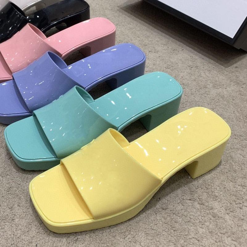 Damen-Gummi-Hausschuhe dicke Fersen-Quadrat-Zeh-Hausschuhe High-Heeled Gelee-Frauen-Fersenhöhe 5.5cm Wassertischhöhe 2.5cm Umwelt