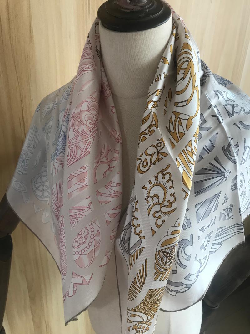 Schals 2021 Ankunftsmode Elegante klassische Muster 100% Seidenschal 90 * 90 cm Quadratischer Schal Twill Wrapp für Frauen