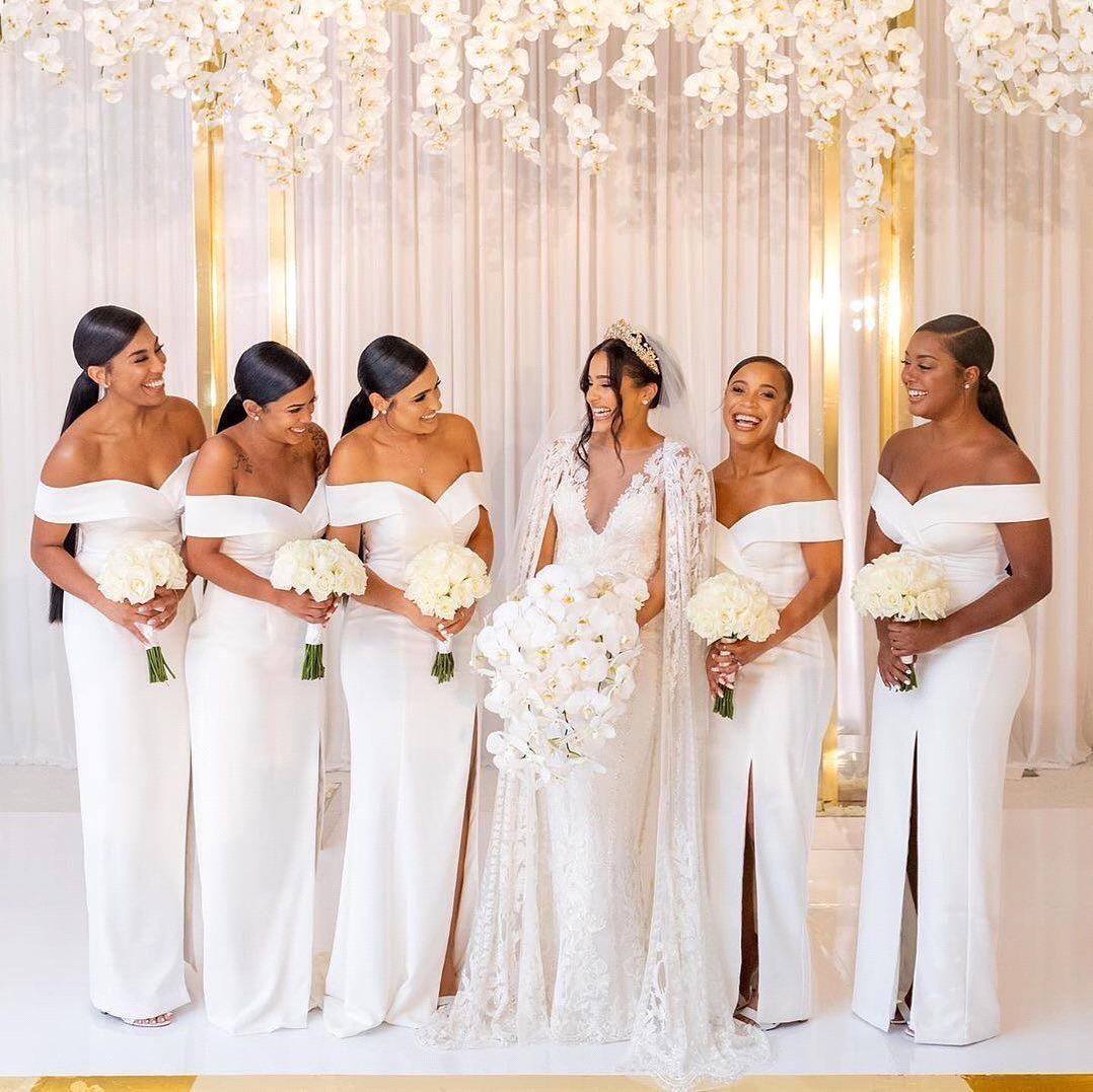 2021 Goedkope Wit Off De Schouder Satijn Lange Bruidsmeisjes Jurken Ruched Split Sweep Trein Bruiloft Guest Maid of Honour Jurken BM1539