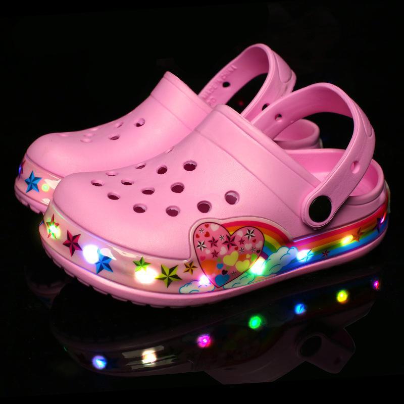 Дети зажигают сандалии мальчики девочки светящегося летние пляжные сандалии обувь LED дети автомобиль мультфильм отверстие дышащий вскользь ботинки 24-35