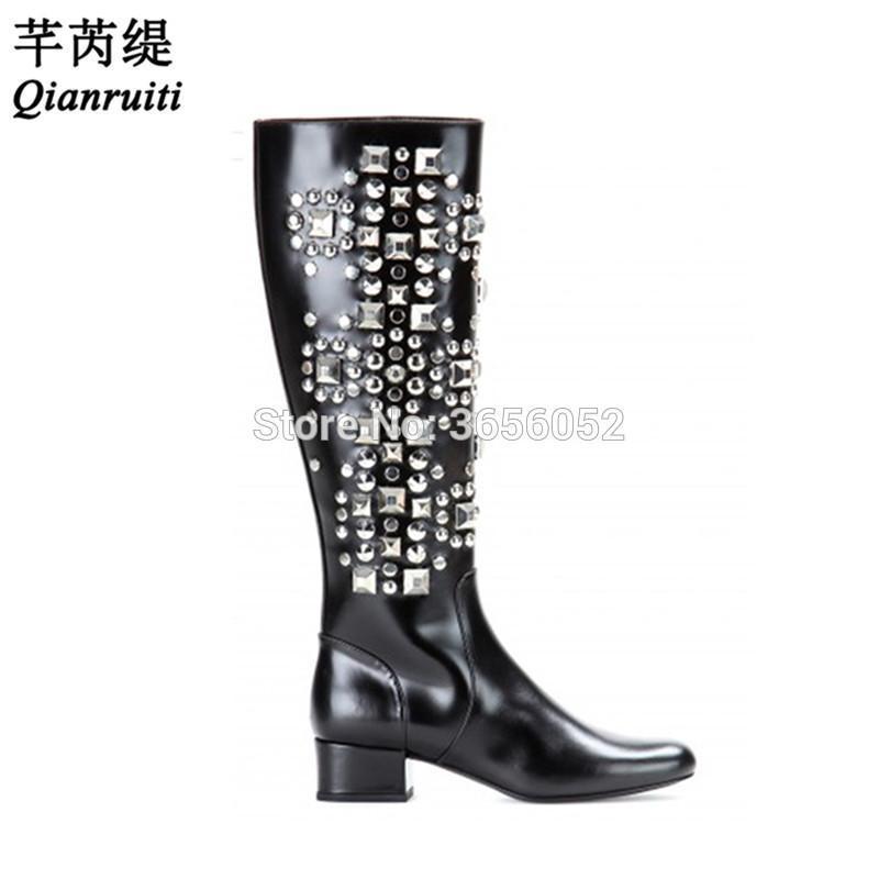 Qianruiti Lüks Pist Ayakkabı Orta Blok Topuklar Kadınlar Uzun Patik Yan Fermuar Kristal Perçin Çivili Siyah Deri Diz Yüksek Boots