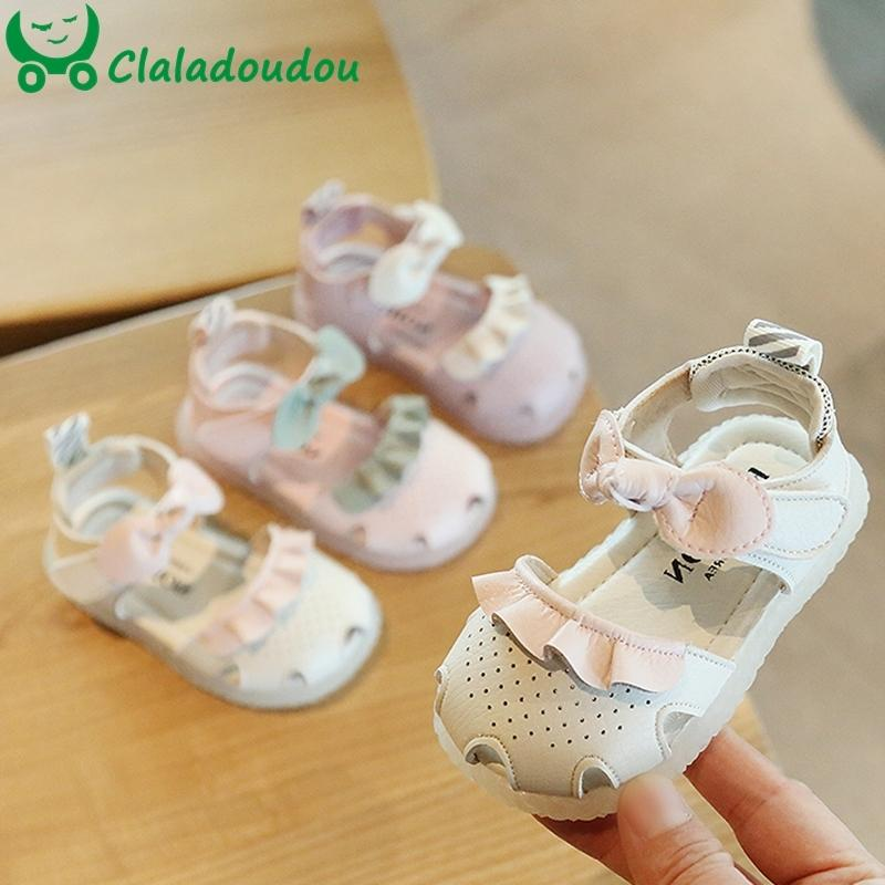 12-15.5 cm Cerrado Toe Girl Sandalias con volantes Lindo Bebé Hollow Baby Summer Pisos Zapatos Soft Sole Infantil Niña Primeros caminantes para 0-3Y T200427