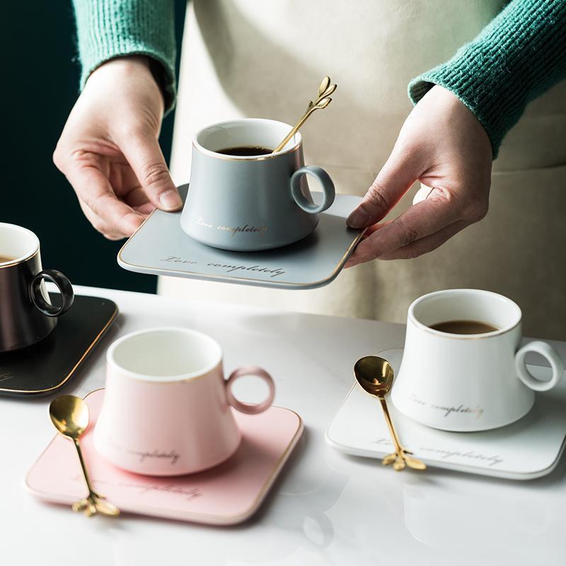 porcelana europea Taza de cerámica de soja leche condensada desayuno de café Taza de té y platillo conjuntos cuchara de oro tazas Copas de Navidad 1020