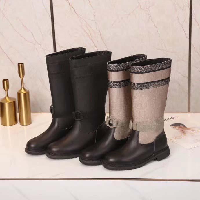Moda As últimas mulheres botas Bordados eletrônicos Correspondência de cor letras Logotipo Cabeça redonda Cabeça Middle Boot para Booties de Cowboy 01