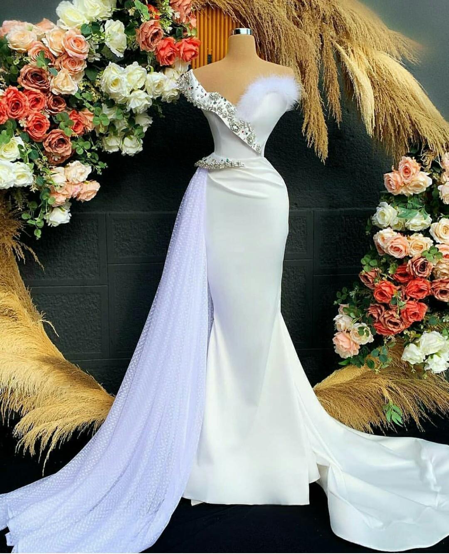 Beyaz Arapça Kristal Abiye Benzersiz Uzun Tren Mermaid Balo Elbise Özel Boyut Robe de Soiree Tüy
