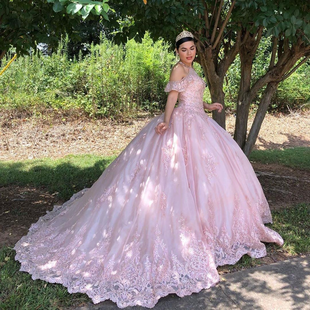 Pink Lace Appliqued Ball Gown Quinceanera Dresses Halter Neck Beaded Prom Gowns Sequined Sweep Train Tulle Sweet 16 Party Dress