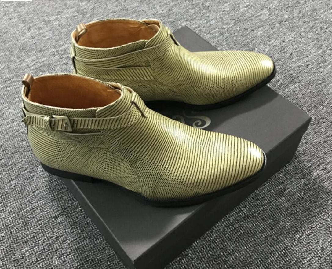 2020 neue Männer Casual Lederstiefel Schnalle spitzer Zehe Mann Stiefeletten Personality Streifendruck grüner Stiefel auf botas rutscht