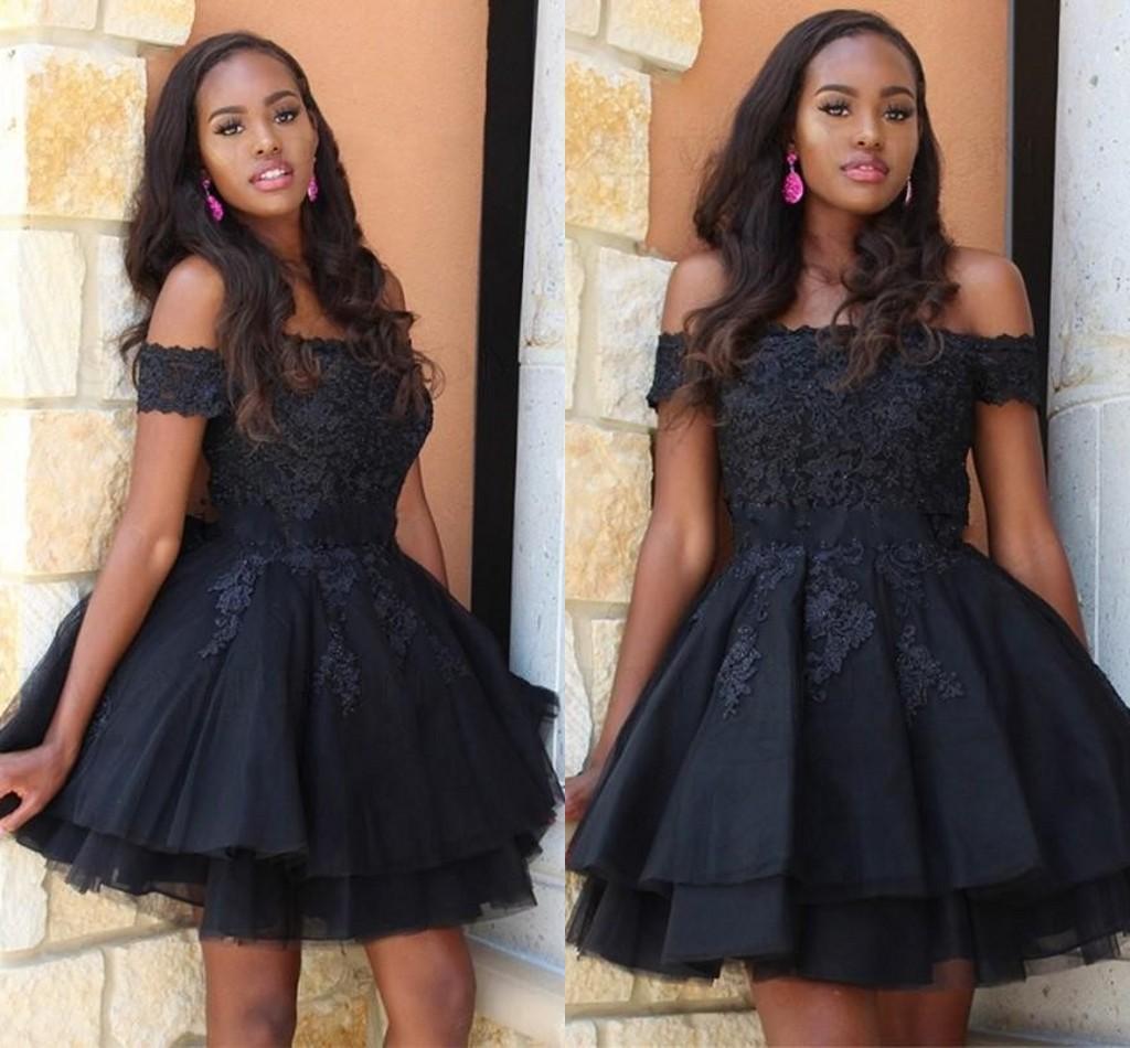 Little Black Lace Plus Tamaño Vestidos de fiesta Short Prom Dress 2021 Fuera del hombro Encaje Applique Mini Cocktail Draped Vestido Barato Tutu