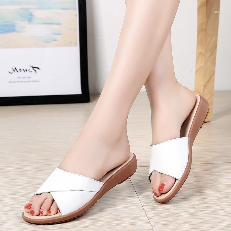 2020 Summer Donne Pantofole Slip on Round Toe Slides Flat Swals Sandali Donne bianche Pantofole in pelle nera bianca Flip flops1