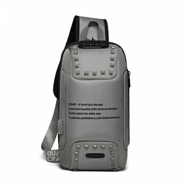Moda Hombres Rivet Bag Cofre Messenger Anti-Robo Agua Bolsas de carga Paquete Bolsa Crossbody USB Repelente Hombro TLMTQ