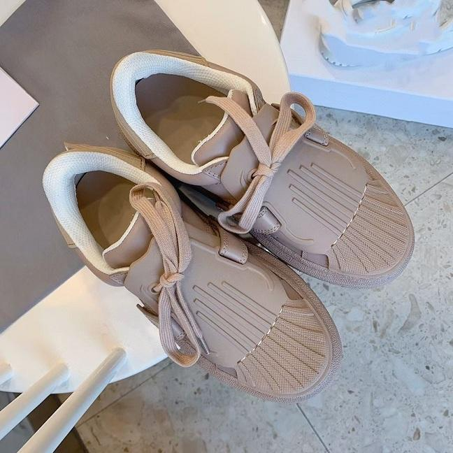 The thick-soles of the casual shoes with shell head for Spring/summer 2021 are increased by 35-40 sizes