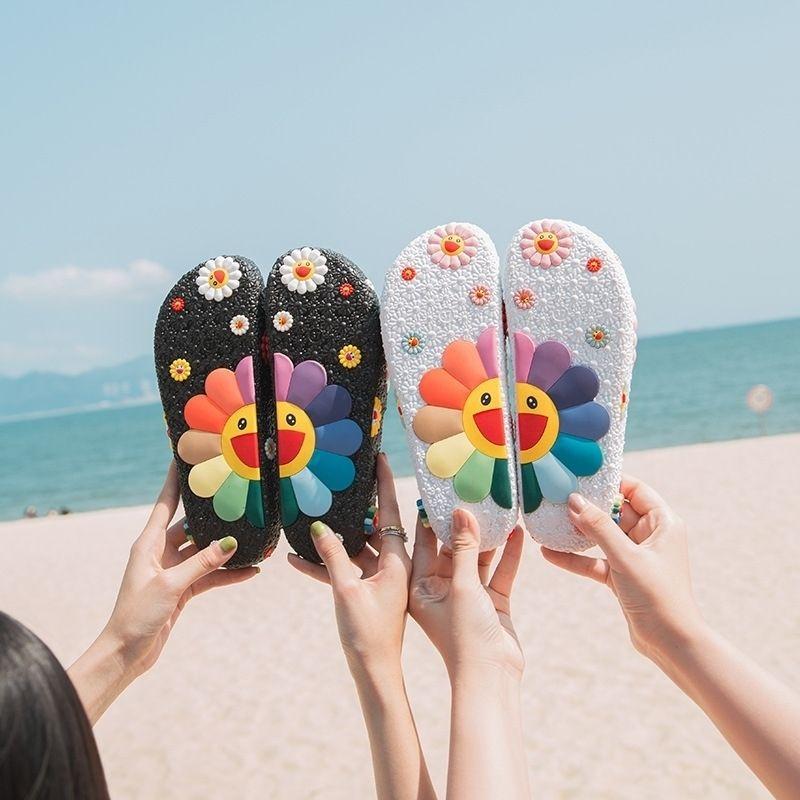 Éléments d'étoile de la mode avec Murakami Takashi Pantoufles de tournesolfers en plein air Pantoufles de plage pour femmes Lumière antidérapante résistant à l'usure Y200624