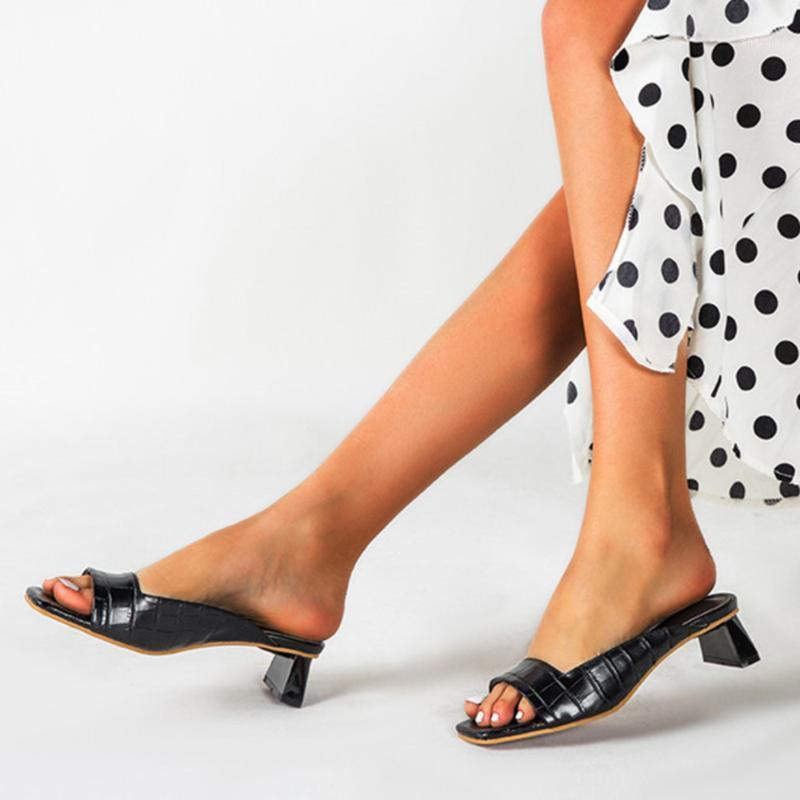 Тапочки 2021 Мул Леди Обувь Низкие каблуки Мода Уникальные печатные Кожаные Летние Открытый Peep Toe Дизайнер Сандалии1