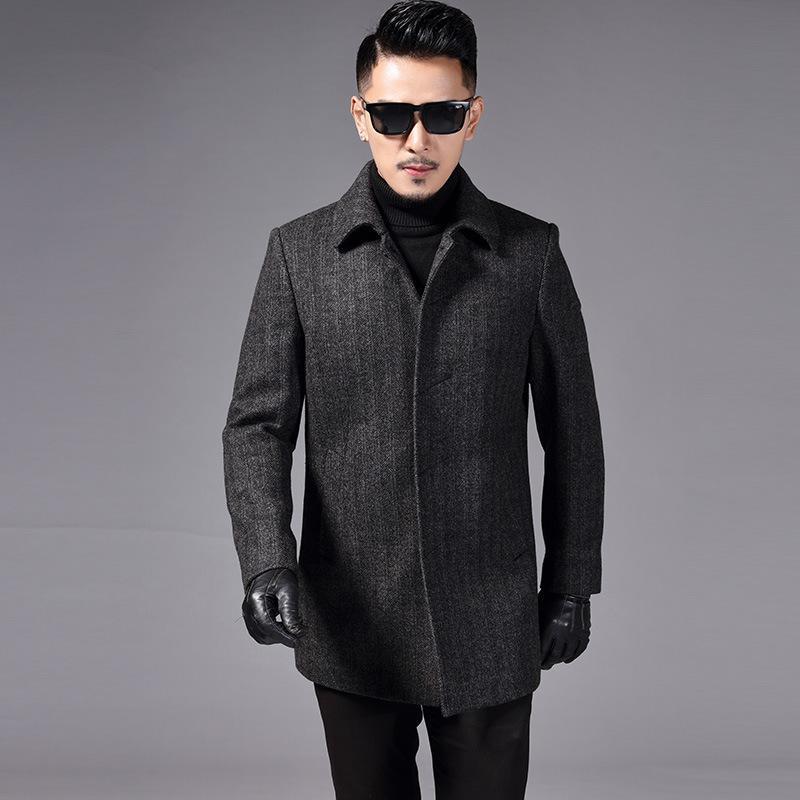 Nell'inverno del 2020 uomini arrabbiati con il cappotto di lana di cotone risvolto del cappotto del panno del padre del padre di mezza età monopetto