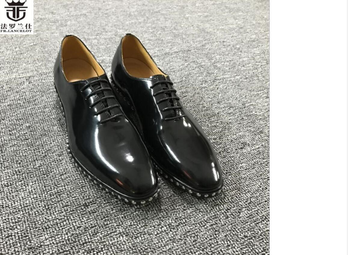 2020 Punkt toe Kleidschuhe Lederschuh Männer kleiden Schuhe Geschäft Schuhe Herren Hochzeit niedrige Fersespitzenbolzen Wohnungen schnüren sich oben