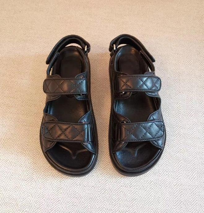 Mulheres couro liso sandálias acolchoado cor sólida designer de moda senhora cinta carta gancho loop de borracha sola sandália