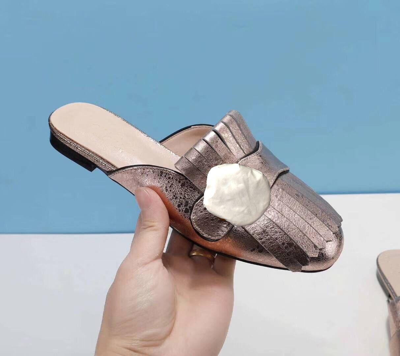 Sıcak satış tasarımcı bayanlar ayakkabı klasik deri terlik düz tabanlı yarım terlikler saçaklı metal tokalı sandalet tek kelimelik terlik