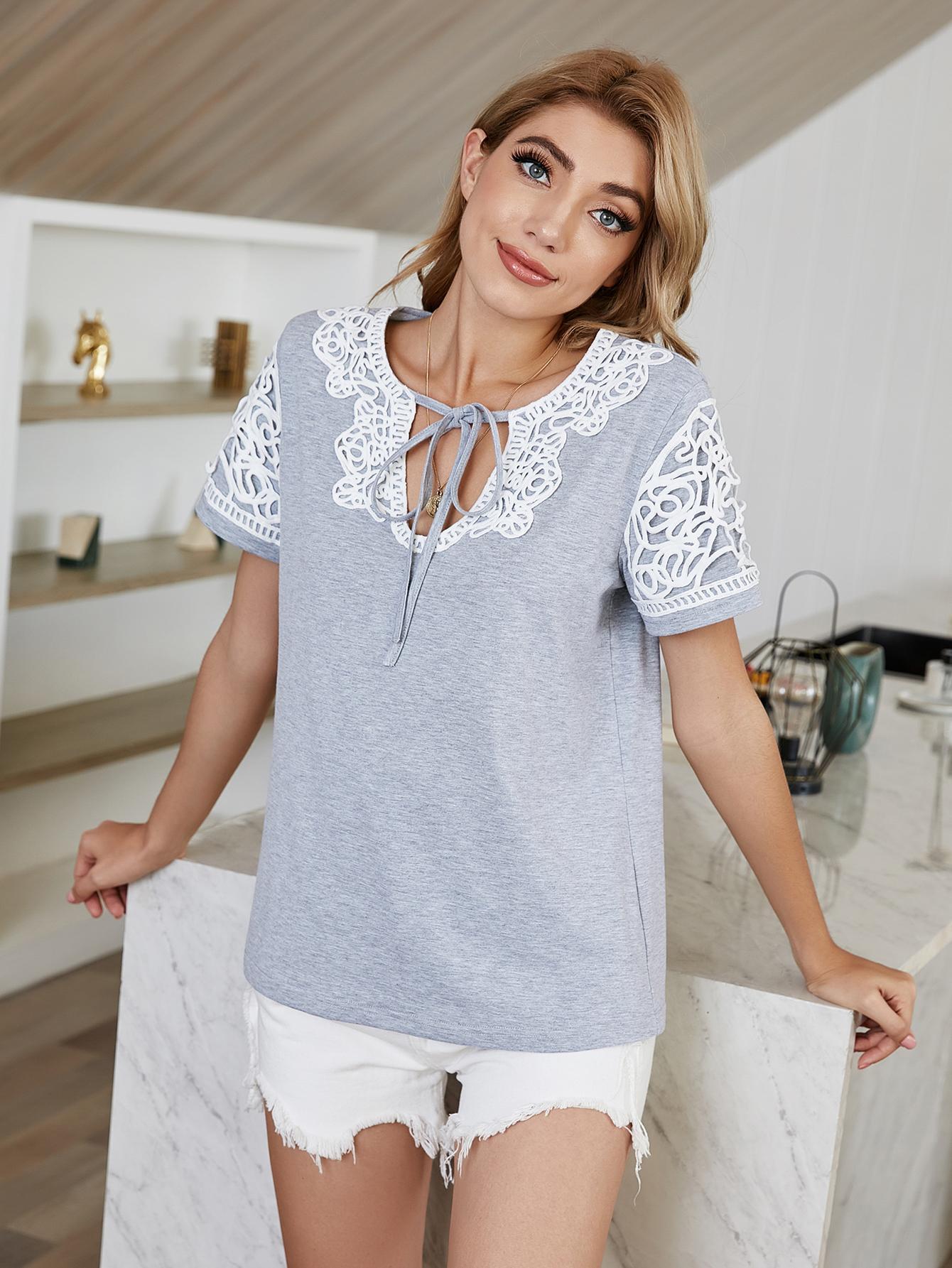 Sommerfrauen Spitze Nähen Niedliche T-Shirt Mode V-Ausschnitt Hohl Grau Für Teen Mädchen Tops T-Stück Bluse Kurzarm Damenhemd
