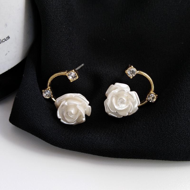 Resina White Fashion Roses Asymmetric orecchini retrò temperamento contratta fiori di cristallo C orecchini per i monili delle donne