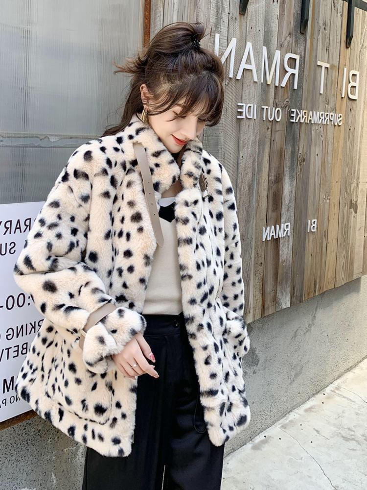 Меховая куртка Женщины Зимние Молоды Модели пушистые Леопардовые Печать Имитация Ягненка Мех с плюшем 2021 Новая Свободная мода