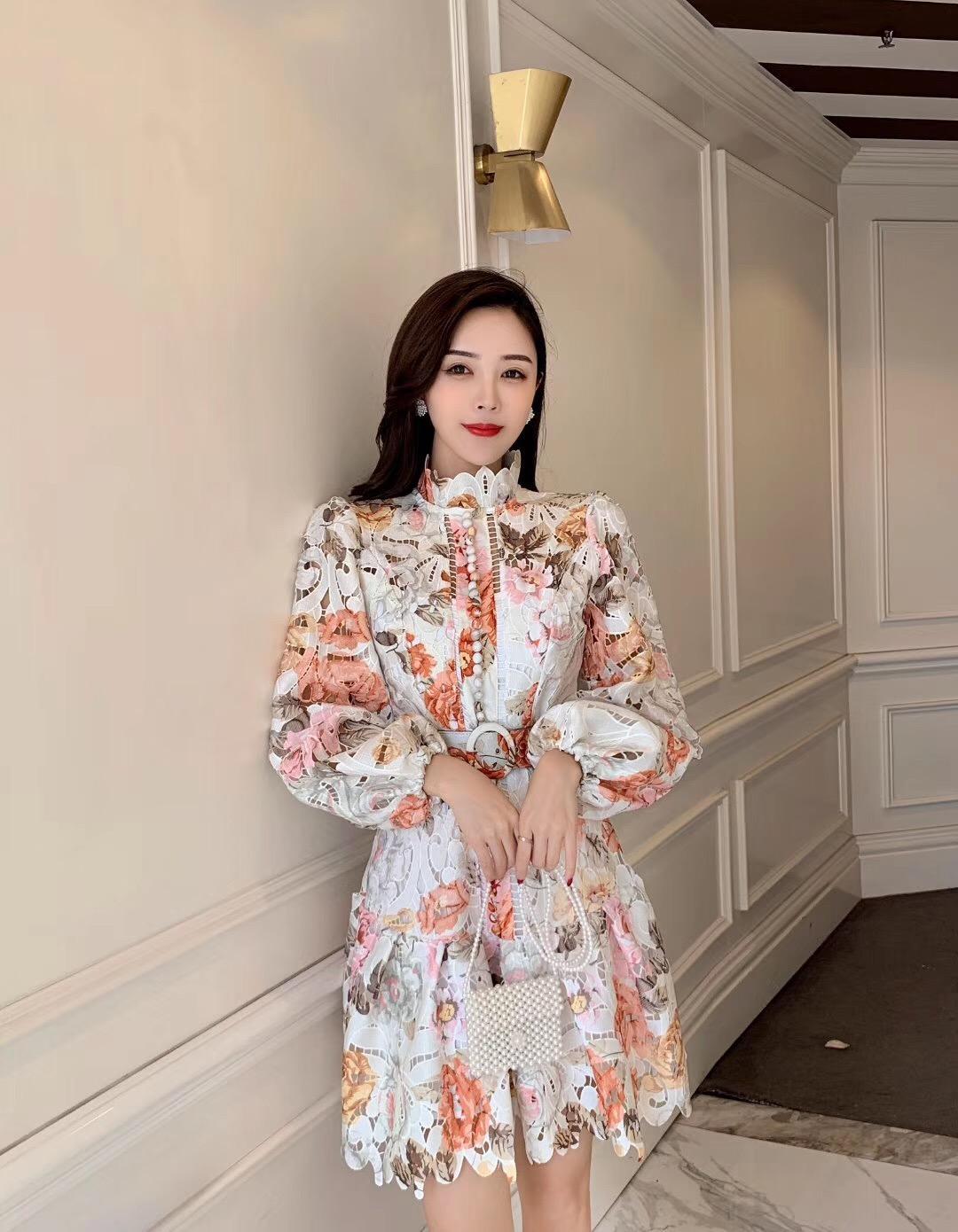 2020 Цветочные вышивки выдалбливают кружева платье женщин оборками воротник стойка Фонарь рукавом однобортный Пояса Русалка короткое платье