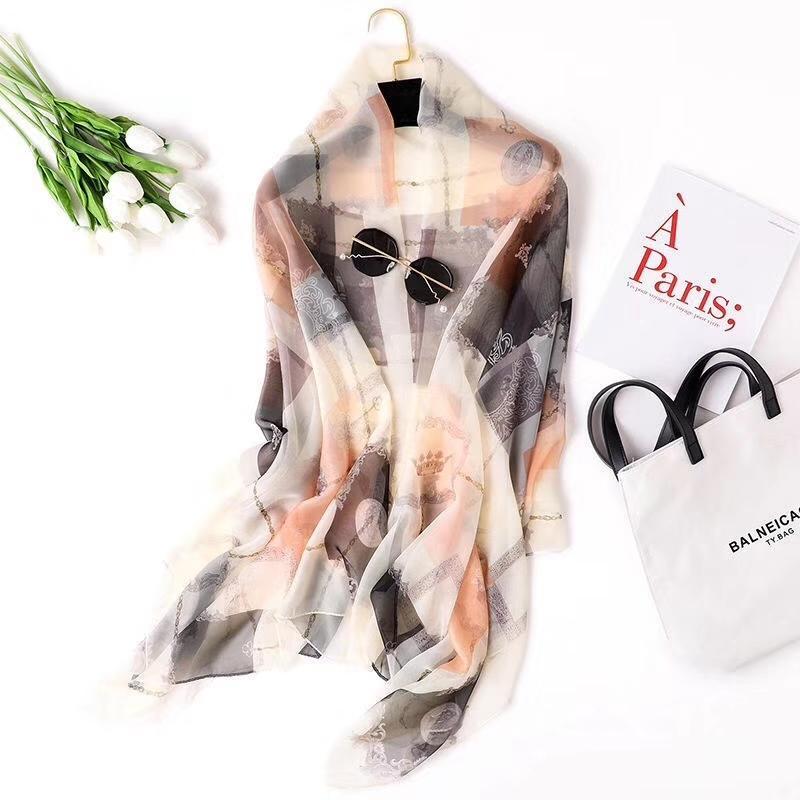 Bufanda de lujo de la moda de la moda de la mujer Nueva bufanda de seda pequeña Cadena pequeña impresa Toalla de playa grande de la playa tres colores de las bufandas