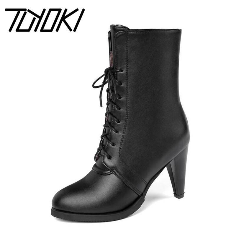 Tuyoki más el tamaño 34-45 La mitad de las mujeres botas cortas Cruz Correa Oficina de Invierno de la señora de la marca zapatos de las mujeres altos Mantener Caliente Fur Boots