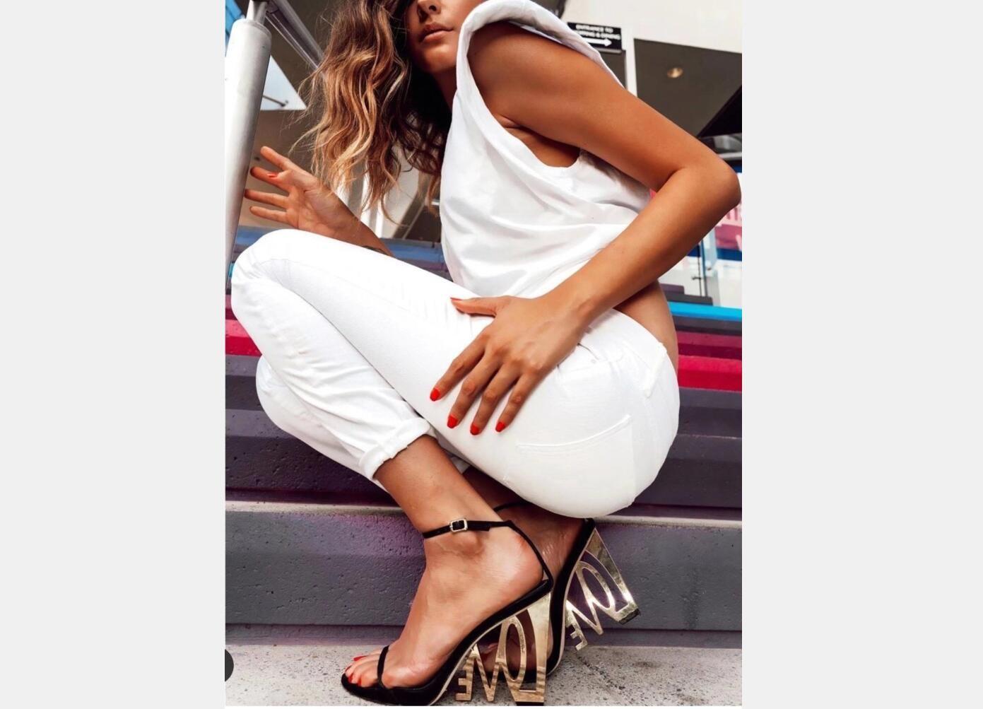 Mode Frauen Metall Heels Sandaletten 2020 Wölbungs-Bügel-Stilett-Absatz-Brief Ferse Sandalen Sexy Frau Partei Schuh Hochzeit im Sommer Sandalen
