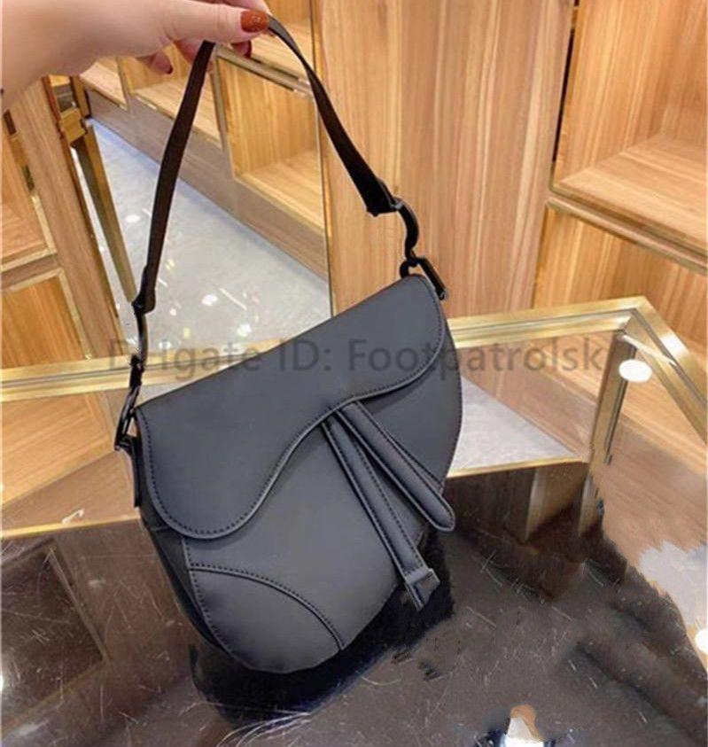 En Kaliteli Luxurys Tasarımcılar Kadın Eyer Çanta Moda Çanta Basit Düz Mektup Hakiki Deri Omuz Çantaları Lady 2021 Crossbody Çanta