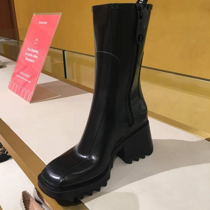 2020 أزياء السيدات بيتي الأحذية المطاطية كتلة كعب أنيق اصبع القدم المربع منتصف الساق مصمم PVC المطر متجر التمهيد النساء الأحذية
