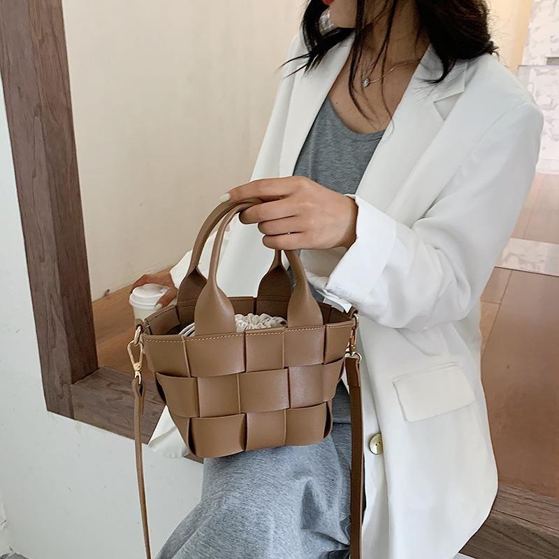 A Pequeño Casual 2021 Trazado de mano Bolso de mano Bolsas de diseño Bolsa de hombro Nuevas mujeres Cesta de playa tejida para la marca de viaje Diseñador de cubo KODFU TTQP