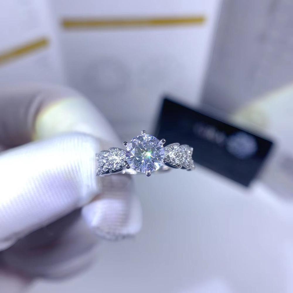 Geoki Nouvelle arrivée passé Test de diamant Perfect Coupe 1 CT D Couleur VVS1 Bague Moissanite Classique 925 Sterling Argent Mignonne Plante Anneaux Z1119