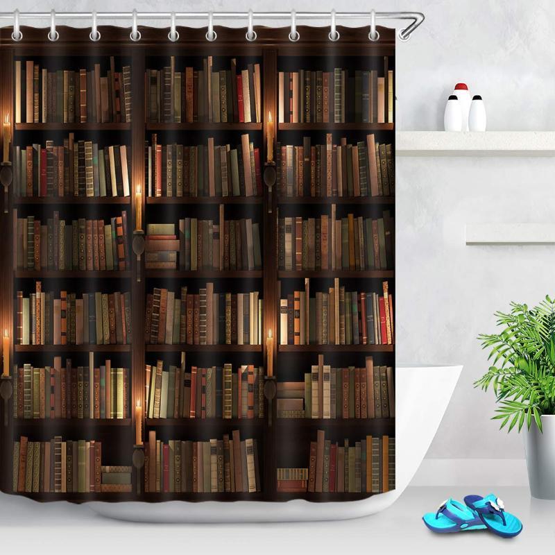 Libros de la cortina de la ducha de la biblioteca de la vendimia en el estante retro con velas de la decoración de la noche de la noche de la cortina de la ducha con 12