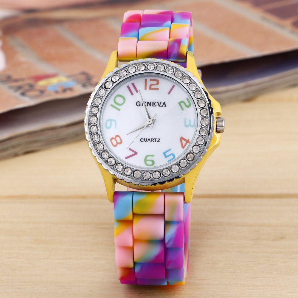 Classic Cystal Femmes Genève Montres Diamant Montre Décoration Silicone Colombée Camouflage Couleur Couleur Bracelet Montre-Bracelet De Mode Quartz Horloge