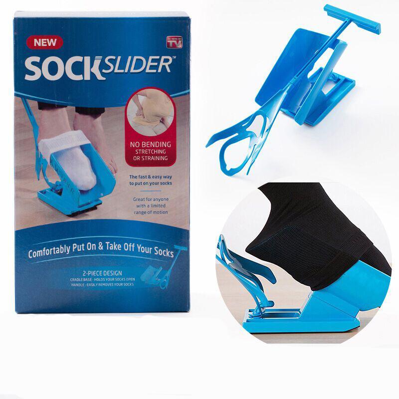 Les femmes enceintes âgées artefacts ne se plient pas pour porter des chaussettes à la machine à la machine d'aide à la chaussette à la récupération