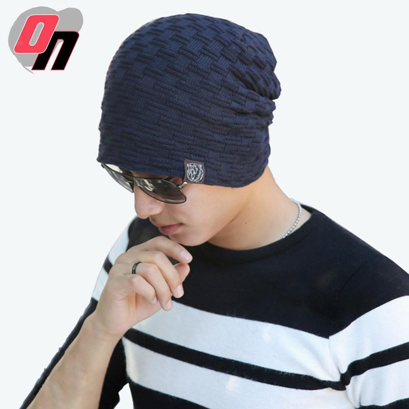Lã de lã quente dos homens novos e chapéu de pelúcia no inverno