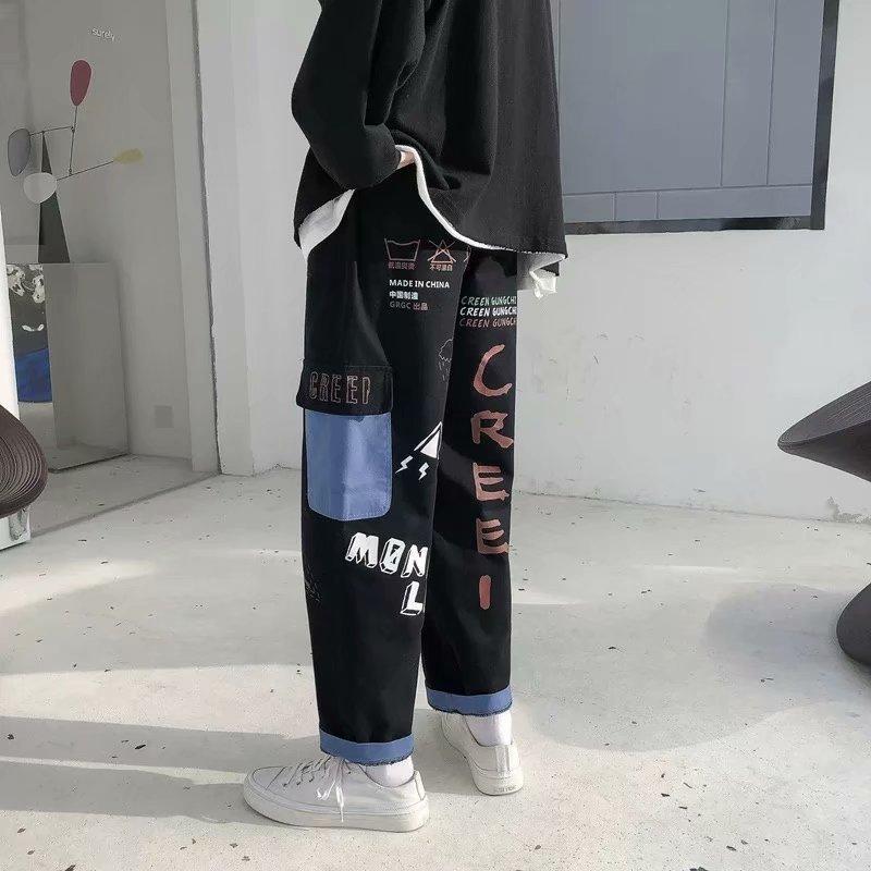 I graffiti degli uomini coreani della moda degli uomini sono allentati pantaloni dritti