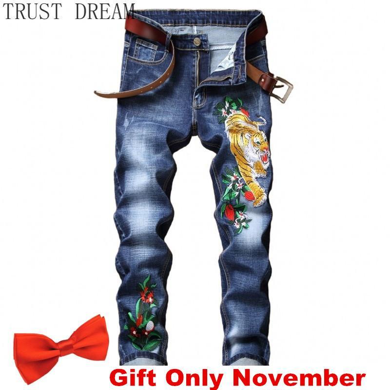 Стиль европейцев Мужские растягивающие джинсы Тонкие брюки вышивка Тонкие брюки для вышивки Тигр Цветочные штамповые брюки Мужской повседневная уличная одежда Прохладная одежда C1123