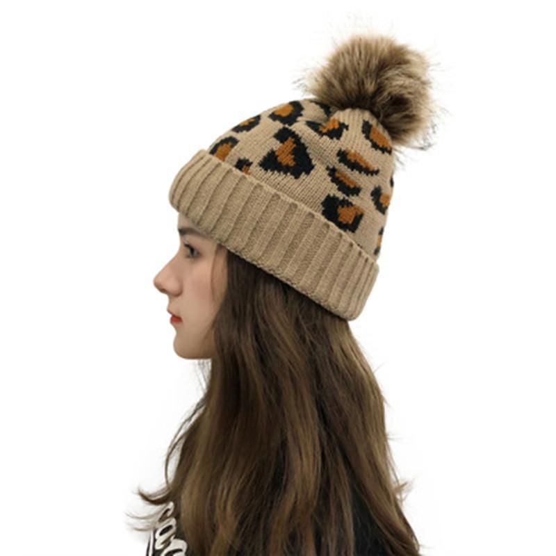 Heißer verkauf leopard gestrickte beanie pom pom pelz kugel mützen frauen winter warme wolle strickhut outdoor halten warme beanie caps party hüte
