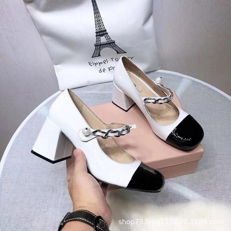 2021 Nuovi tacchi alti MIU Hepburn Style in pelle verniciata in pelle verniciata Mary Jane Shoes Women Square Testa Square Thick Heel Shoes Women's Shoes