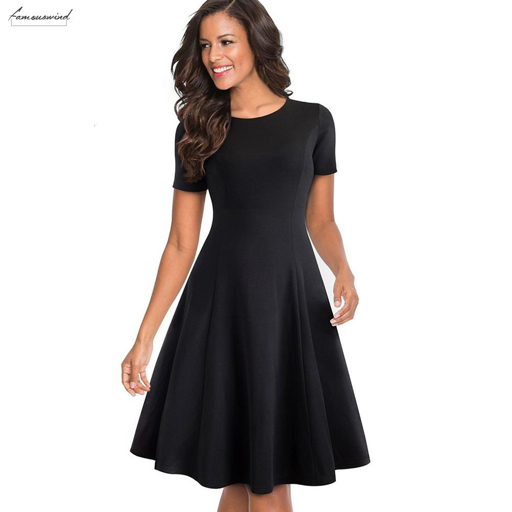 Элегантное черное платье с круглым вырезом.
