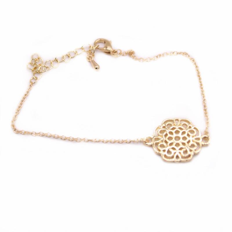 Cantos redondos e flores quadradas pulseiras oco out design Proteção Ambiental Material de liga de zinco adequado para mulheres