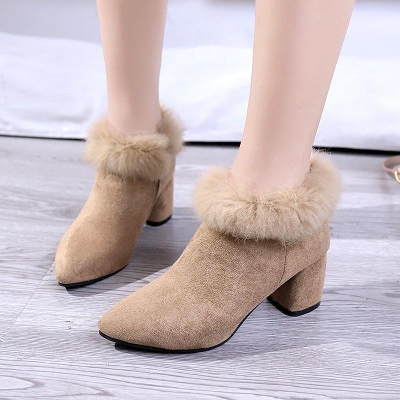 Botas curtas de lã de lã preta encantos mulher encantos de camurça de camurça de camurça de pelúcia botas de salto alto inverno com tamanho grande 43 sapatos bonitos