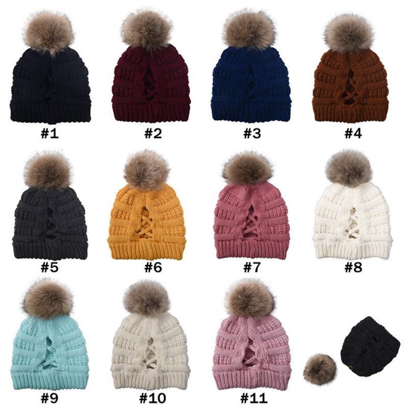 Le donne si incrociano Coda di cavallo Cappelli invernali lavorato a maglia Cappello di pelliccia Pom Berretti Trendy Label papaline Warm design Crochet Fedora Messy Bun Cap